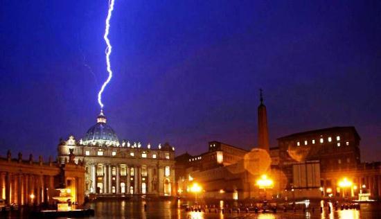 У купол собору Святого Петра вдарила блискавка