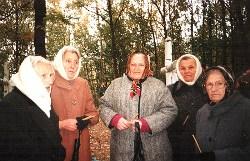 Марія Антонюк (крайня праворуч) з бойовими подругами на могилі повстанців у колишньому штабі УПА